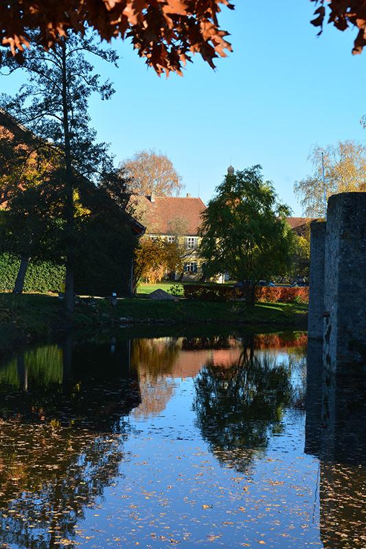 Herbstlicher Blick vom Schloss zum Torturm