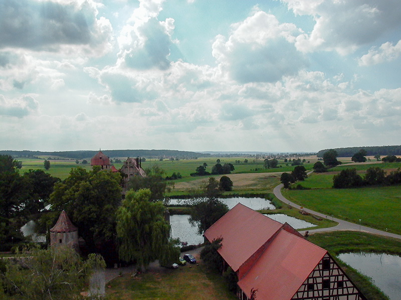 Blick über Schloss Sommersdorf ins Altmühltal